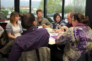 Cittadini attorno a un tavolo discutono il bilancio socio-partecipativo