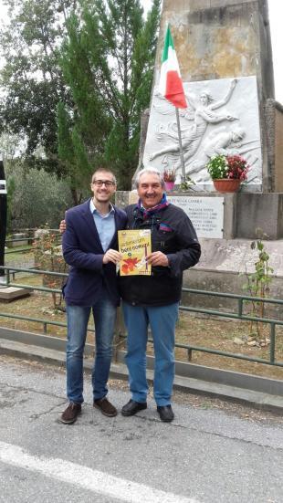 Matteo Francesconi e Natale Pracchia davanti al monumento ai Caduti di Vorno